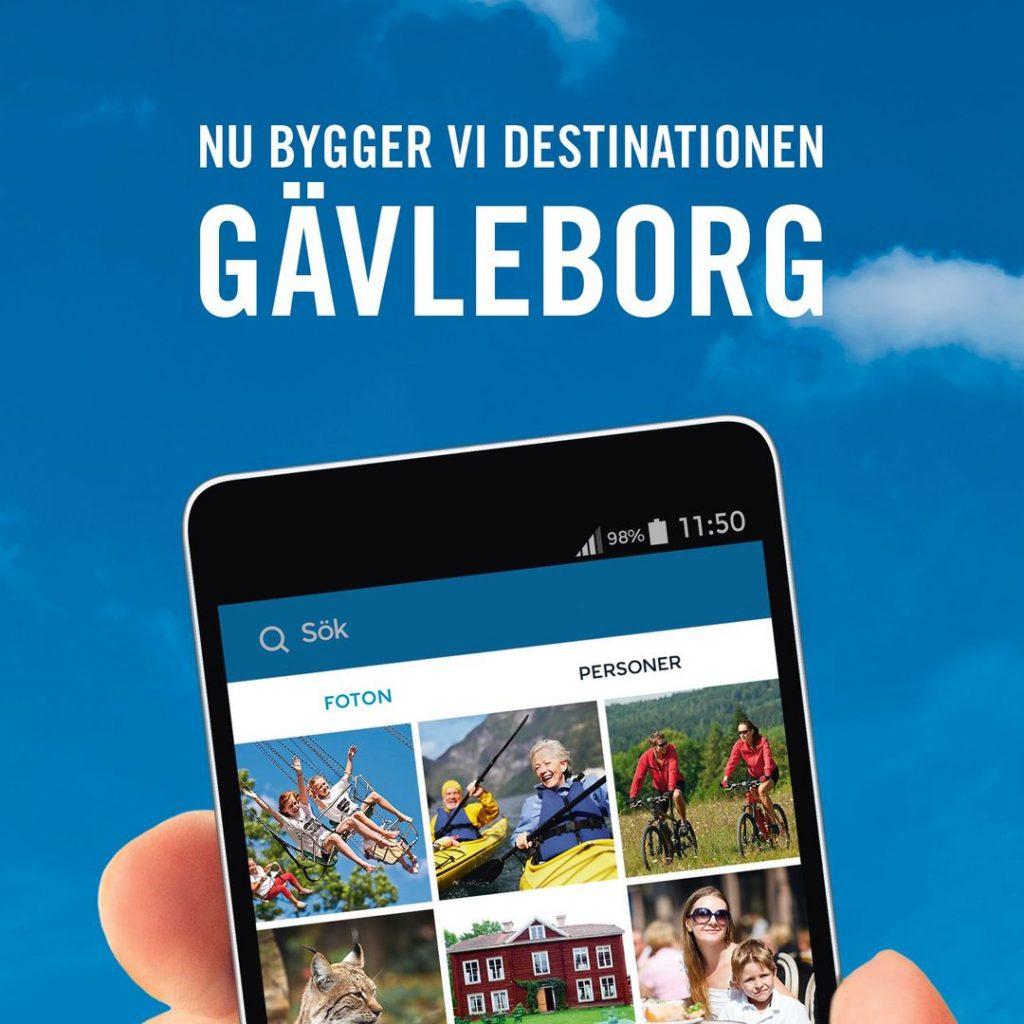Framsidan av broschyr till Visit Hälsingland Gästrikland. En hand håller i en mobil med ett Instagramflöde av bilder från turistmål i regionen.