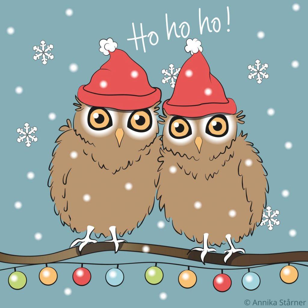 """Illustration av två bruna ugglor i röda mössor som sitter i snöfall på en trädgren med kulörta lampor och önskar God Jul med """"Ho ho ho!""""."""
