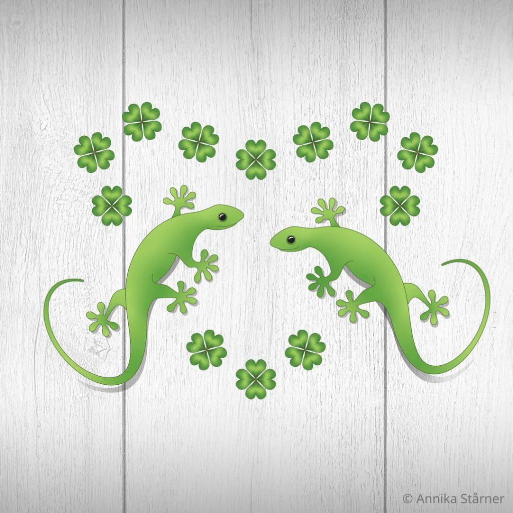 """Illustration """"Sommarlycka"""". Två gröna geckos sitter på en vit träpanel med fyrklöver i en hjärtformad ring."""