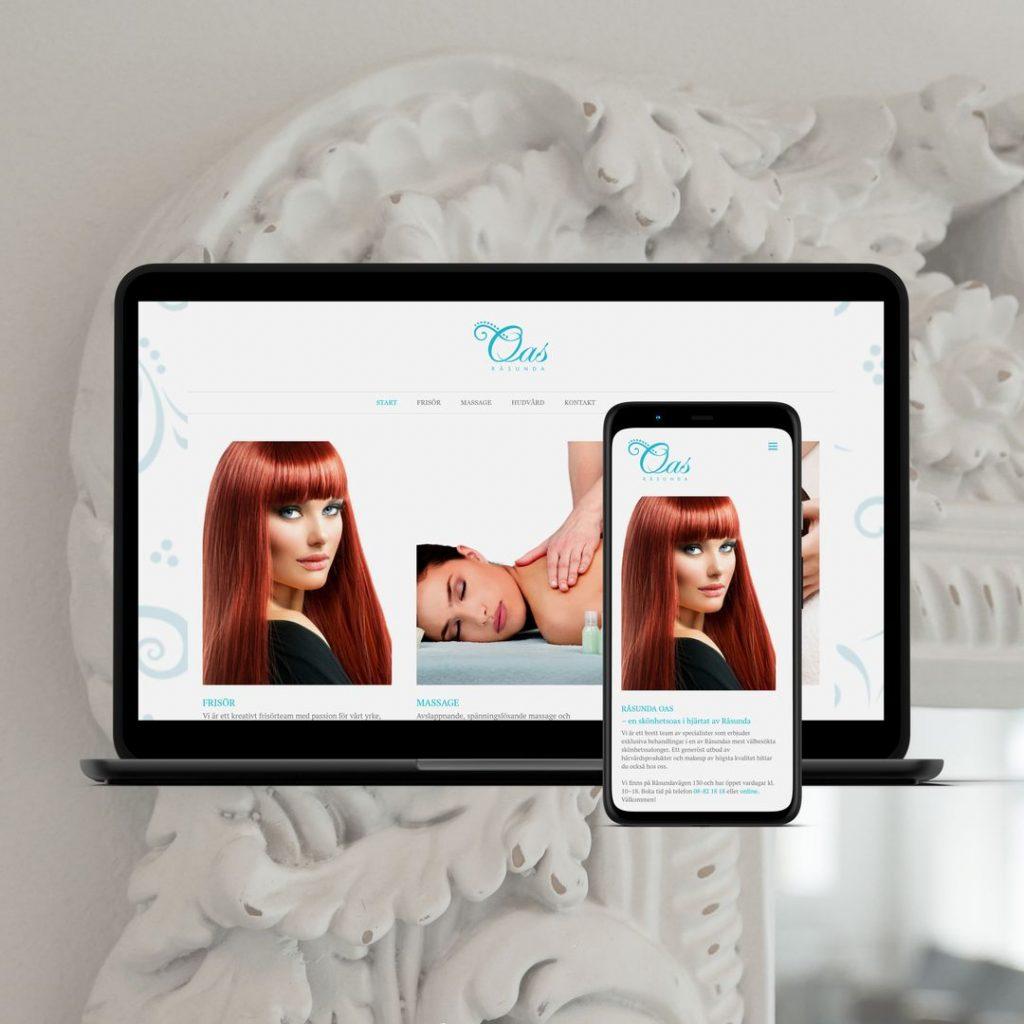 Webbplats för en skönhetssalong visas på en laptop och en mobil mot bakgrund av en vit spegelram i vintagestil