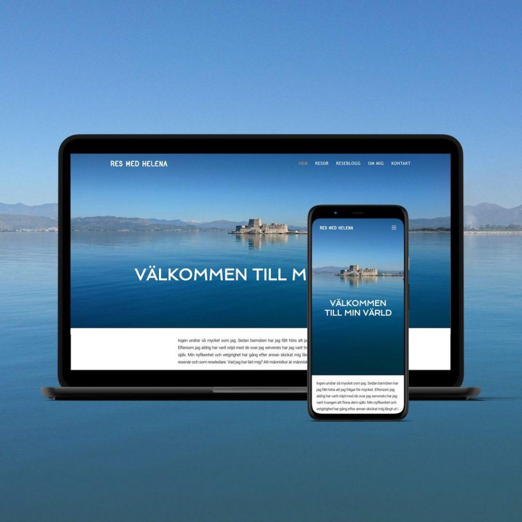 Webbplats för en resekonsult visas på en laptop och en mobil mot bakgrund av spegelblankt blått vatten och klarblå himmel